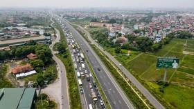 Lượng phương tiện bị ùn trước chốt kiểm dịch kéo dài đến gần 3 km chiều 20/7.