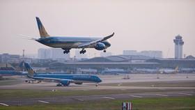 Máy bay hạ và chờ cất cánh tại sân bay Tân Sơn Nhất (TP.HCM) - Ảnh: QUANG ĐỊNH