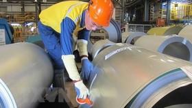 Công nhân nhà máy thép thuộc Công ty trách nhiệm hữu hạn NS BlueScope (Bà Rịa-Vũng Tàu) đang đóng gói thành phẩm thép mạ. (Nguồn: TTXVN)