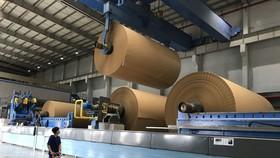 Sử dụng rác tái chế để sản xuất giấy cuộn, phục vụ in ấn bao bì, góp phần bảo vệ môi trường tại Công ty TNHH Giấy Chánh Dương. Ảnh: HOÀNG HÙNG