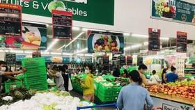 Trước sức mua tăng nhanh, dồn dập, cứ 30 phút nhân viên của siêu thị tiếp hàng một lần. Hàng hóa vẫn rất dồi dào nhưng sức mua quá mạnh khiến tình trạng hàng bị thiếu cục bộ xảy ra. Trong khi đó, kênh bán hàng online cũng ghi nhận bị quá tải phục vụ - Ảnh
