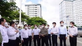 Thủ tướng Phạm Minh Chính kiểm tra khu cách ly tại ký túc xá ĐHQG TP.HCM sáng 26-6 - Ảnh: QUANG ĐỊNH