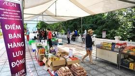 Cùng với hệ thống chợ và siêu thị, nhiều doanh nghiệp thiết lập điểm bán lưu động giúp đảm bảo hàng hóa thiết yếu cho người dân. (Ảnh: TTXVN)