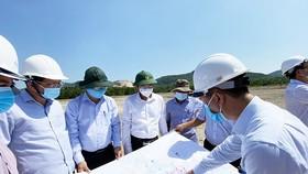 Ảnh 1: Bí thư Tỉnh ủy Bình Định Hồ Quốc Dũng (đội mũ cối bộ đội màu xanh) kiểm tra tiến độ các dự án trọng điểm của tỉnh.