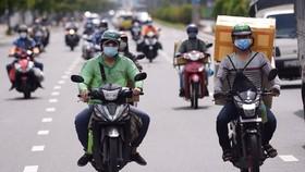 Shipper chở hàng giao cho khách trên đường Cộng Hòa, quận Tân Bình, TP.HCM - Ảnh: QUANG ĐỊNH