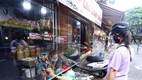 Chợ Hàng Bè, Hà Nội đảm bảo vừa kinh doanh vừa phòng chống COVID-19. (Ảnh: Hoàng Hiếu/TTXVN)