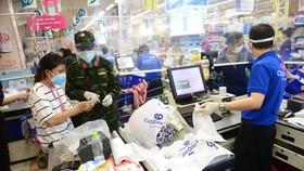 Các chiến sĩ Sư đoàn 9, Quân đoàn 4 đi chợ hộ cho người dân tại siêu thị Co.opmart Nguyễn Đình Chiểu - Ảnh: QUANG ĐỊNH