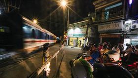 Do dừng chạy tàu khách, những nhân viên gác chắn đường sắt đang phải nghỉ việc. (Ảnh: Minh Sơn/Vietnam+)