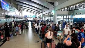Áp giá sàn vé máy bay nội địa: Sao không để thị trường tự điều tiết?