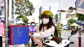 Quét mã QR qua camera khi qua chốt tại đường Phan Đăng Lưu, Q.Bình Thạnh (TP.HCM) vào ngày 8-9 - Ảnh: NGỌC PHƯỢNG