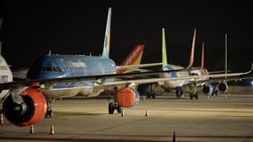 """Máy bay bọc kín động cơ, """"đắp chiếu"""" tại sân bay Nội Bài vì không khai thác dài ngày do dịch COVID-19 - Ảnh: HOÀNG ANH"""