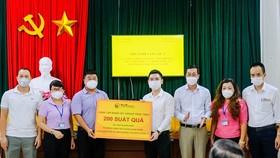 Ông Đỗ Vinh Quang, Thành viên HĐQT Tập đoàn, Chủ tịch CLB Bóng đá Hà Nội trao tặng các phần quà hỗ trợ cho người dân phường Hàng Bài (quận Hoàn Kiếm) gặp khó khăn do dịch COVID-19.