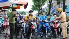 Giao thông tại chốt kiểm soát đường Nguyễn Kiệm (Q.Gò Vấp) sáng 20-9 - Ảnh: CHÂU TUẤN