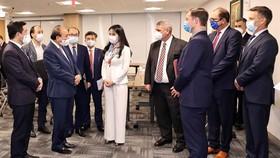 Lãnh đạo T&T Group và các đối tác báo cáo về kết quả hợp tác với Chủ tịch nước Nguyễn Xuân Phúc.