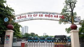 Ghi nhận tại Công ty cổ phần Xe Điện Hà Nội, các xe buýt xếp hàng dài trong bãi chờ ngày được xuất bến trở lại.