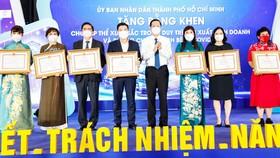 Chủ tịch UBND TPHCM Phan Văn Mãi trao bằng khen cho các cá nhân, tập thể đã có đóng góp tích cực cho hoạt động phòng, chống dịch và bảo đảm kinh tế thành phố