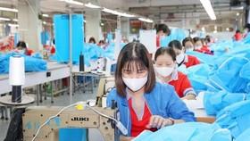 Sợi filament được sử dụng để dệt các loại vải dùng trong ngành may mặc. (Ảnh: Phương Hoa/TTXVN)