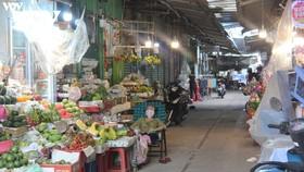 Người dân đi chợ Tân Định (Quận 1, TP.HCM) thưa thớt, chỉ một nữa số lượng tiểu thương trở lại buôn bán. (Ảnh: Hoàng Minh)