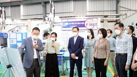 Chủ tịch UBND tỉnh Bắc Ninh Nguyễn Hương Giang kiểm tra tình hình sản xuất kinh doanh và phòng chống dịch tại các doanh nghiệp trên địa bàn tỉnh Bắc Ninh. Ảnh: VGP/Minh Anh