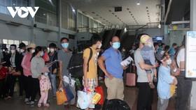 Tại ga Sài Gòn rất đông khách xếp hàng chờ lên tàu