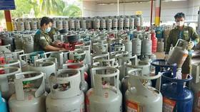 Giá gas, xăng dầu tăng cao trong thời gian qua khiến người tiêu dùng thêm khó khăn - Ảnh: N.H.