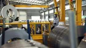 Sản xuất thép cuộn xuất khẩu tại Công ty TNHH Thép JFE Shoji Hải Phòng, vốn đầu tư Nhật Bản, tại Khu công nghiệp đô thị VSIP Hải Phòng. (Ảnh: Danh Lam/TTXVN)