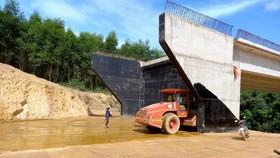 Lu lèn nền đất ở mố cầu Lai Phước dự án thành phần Cam Lộ - La Sơn, thuộc dự án đường cao tốc Bắc - Nam phía Đông giai đoạn 2017-2020 - Ảnh: UÔNG VIỆT DŨNG