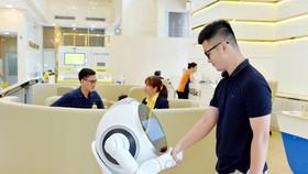 Khách hàng trải nghiệm sản phẩm dịch vụ ngân hàng số toàn diện tại Nam A Bank