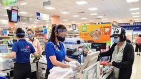 Dù bị ảnh hưởng của dịch bệnh song không có tình trạng khan hiếm hàng hóa, tại các siêu thị, người dân rất yên tâm mua sắm.