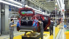 Công nhân làm việc tại Nhà máy sản xuất ôtô VinFast. (Ảnh: TTXVN)