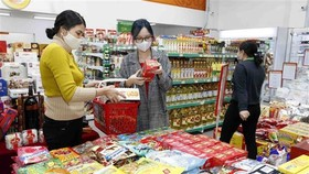 Người dân mua sắm tại một siêu thị ở Hà Nội. (Ảnh: Trần Việt/TTXVN)