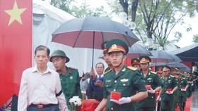 Nguyên Chủ tịch nước Nguyễn Minh Triết tại lễ truy điệu liệt sĩ tại Nghĩa trang liệt sĩ Bến Cát