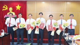 Ông Nguyễn Hoàng Thao (bìa trái) và đồng chí Trần Thanh Liêm (bìa phải) trao Quyết định cho nhà báo Lê Minh Tùng (thứ 2 từ trái sang) và các nhân sự được bổ nhiệm, bổ nhiệm lại. Ảnh: Báo Bình Dương