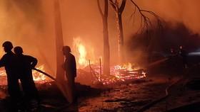 Lực lượng cảnh sát PCCC dập lửa tại hiện trường. Ảnh: XUÂN TRUNG