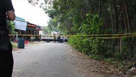 Lực lượng chức năng phong tỏa hiện trường điều tra vụ việc