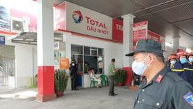 Lực lượng công an tại hiện trường khám xét cây xăng Vân Trúc