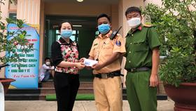 Bà Nguyễn Thị Ngọc Châu, Chủ tịch UBND phường Vĩnh Phú, TP Thuận An biểu dương kịp thời lực lượng chức năng