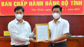 Bí thư Tỉnh ủy Tây Ninh Nguyễn Thành Tâm (bên trái) trao quyết định cho đồng chí Nguyễn Mạnh Hùng