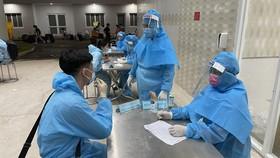 Nhân viên y tế tư vấn và truy vết các trường hợp tiếp xúc gần ở Bình Dương