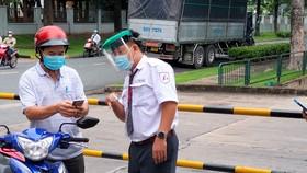 Công nhân ở Bình Dương được yêu cầu khai báo y tế trước khi vào nhà máy làm việc