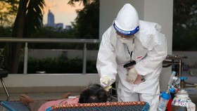 Bác sĩ điều trị cho bệnh nhân Covid-19 tại bệnh viện dã chiến. Ảnh: HOÀNG HÙNG