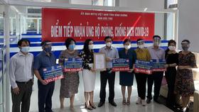 Lãnh đạo Ủy ban MTTQ Việt Nam tỉnh Bình Dương tiếp nhận tài trợ từ Quỹ từ thiện Kim Oanh
