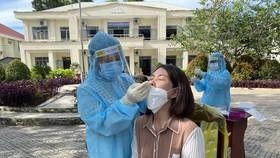 Nhân viên Y tế Tây Ninh lấy mẫu xét nghiệm tầm soát cho người dân