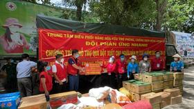 Đội phản ứng nhanh tỉnh Bình Dương tặng hàng hóa cứu trợ cho Trung tâm nhân đạo Quê Hương