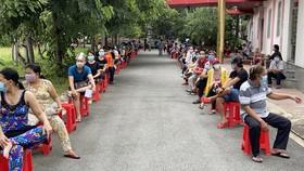 Đông đảo người dân chờ tiêm vaccine Sinopharm ở TP Dĩ An