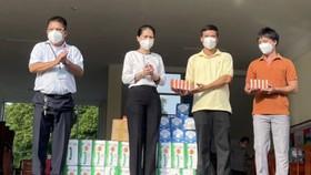 Lãnh đạo Sở GD-ĐT tỉnh Bình Dương thăm, động viên thầy cô giáo tham gia phòng chống dịch