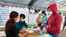 Người dân phường Đông Hòa, TP Dĩ An, tỉnh Bình Dương làm thủ tục tiêm vaccine tại điểm tiêm trên địa bàn