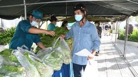 """Quân khu 7 tổ chức """"Gian hàng 0 đồng"""" hỗ trợ người khó khăn ở quận Bình Tân"""