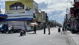 Chốt kiểm soát trên đường Hậu Giang giáp ranh giữa quận Bình Tân và quận 6 được thành lập vào sáng 9-7. Ảnh: VĂN MINH