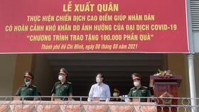 Bộ Tư lệnh TPHCM xuất quân trao tặng 100.000 phần quà giúp nhân dân gặp khó khăn do dịch Covid-19
